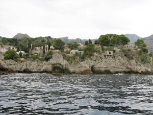 Le rocce di Taormina campo nudisti come auspica il sindaco Orlando o altro?