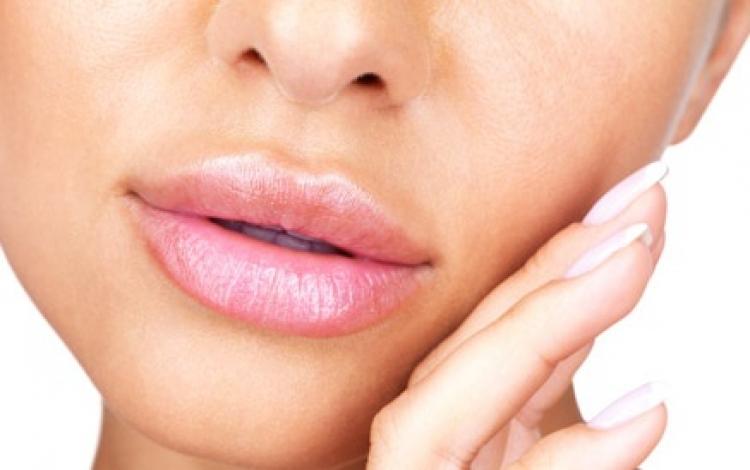 L'aumento volumetrico delle labbra è una procedura non chirurgica che prevede l'impiego di fillers riassorbibili. Comunemente sono composti da acido ialuronico, sostanza biocompatibile già in uso in altri settori della medicina e chirurgia.