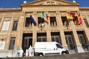 """Coronavirus: l'Esercito igienizza palazzi istituzionali in Sicilia  A Messina i disinfettori della Brigata """"Aosta"""" avviano programma di sanificazione su richiesta delle Autorità locali"""