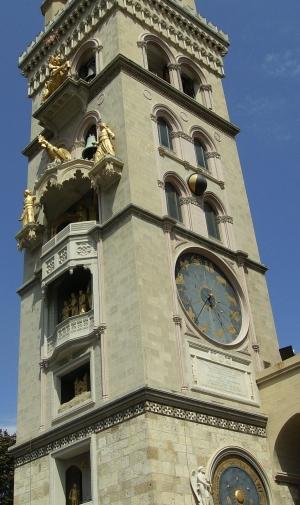 Dal 1858 ad oggi la ditta che ha prodotto l'orologio meccanico più complesso al mondo nel campanile del Duomo